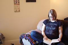 Embarzada leyendo