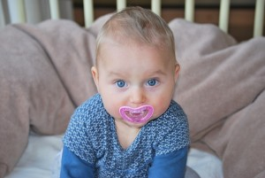 Bebé con chupete fucsia