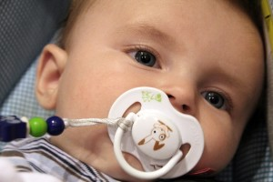 Bebé con chupete blanco