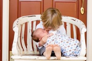 Bebé con hermanito mayor