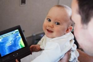 Bebé mirando una tablet