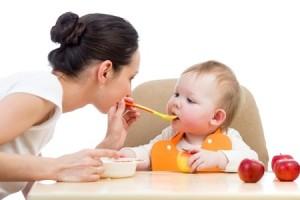 Bebé comiendo papilla de frutas
