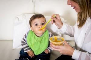 Bebé comiendo papilla de verduras