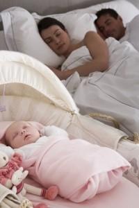 Pareja durmiendo con bebé