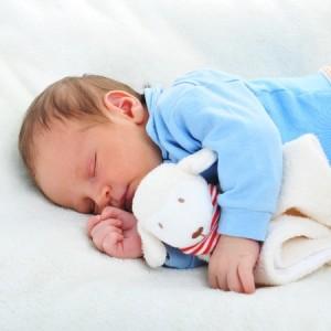 Bebé con muñeco dou dou o dudú
