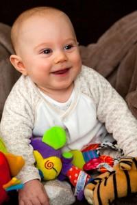 Bebé con juguetes