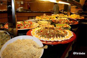 Ensaladas en el buffet del Vilar Rural de Sant Hilari
