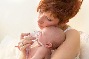 Bebé con tratamiento nebulizador