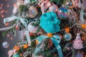 Árbol de navidad con patucos