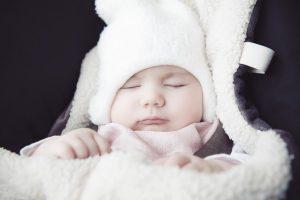 Bebé con ropa de invierno